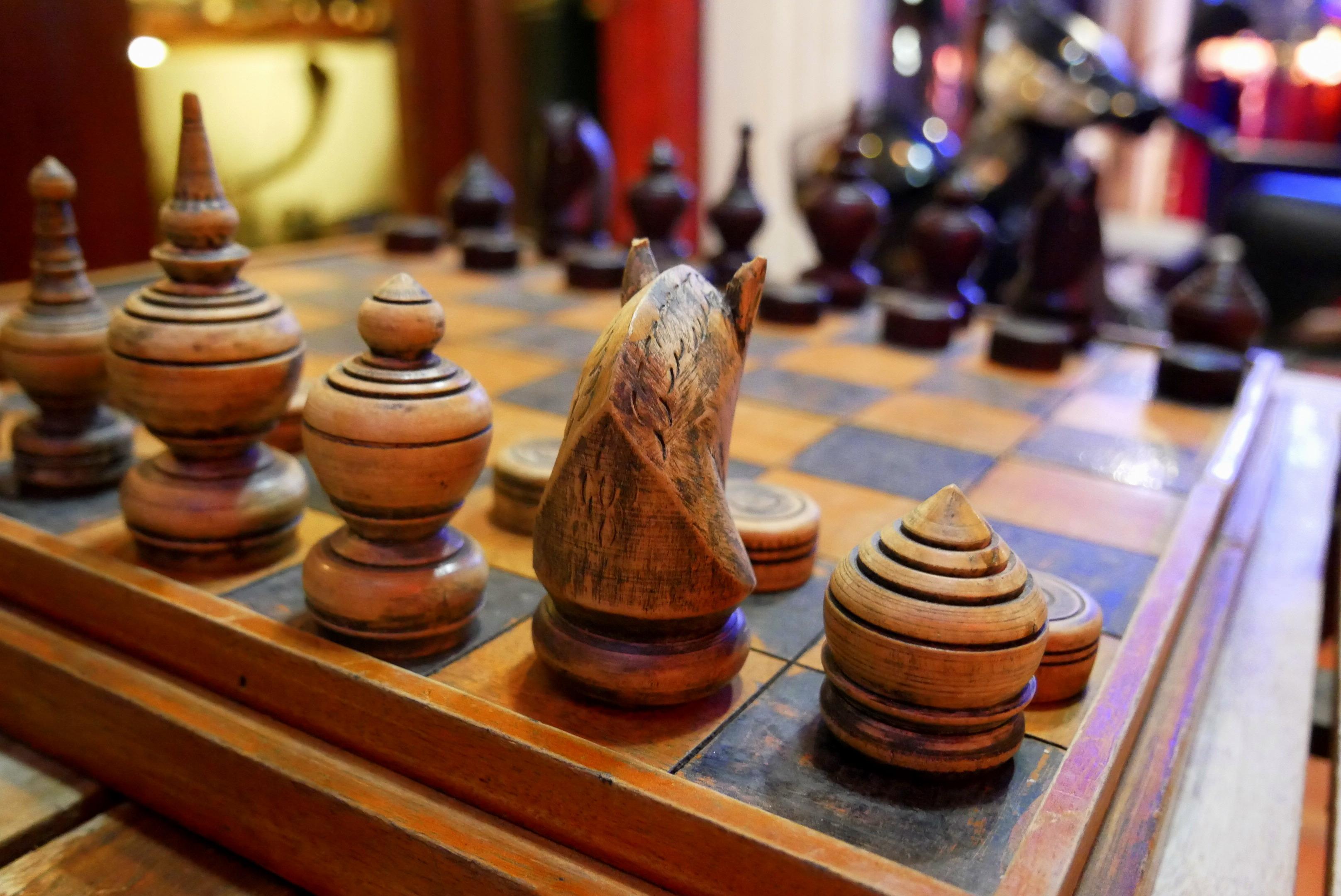 Jeux d'échec en bois, prise sur un marché de Siem Reap.