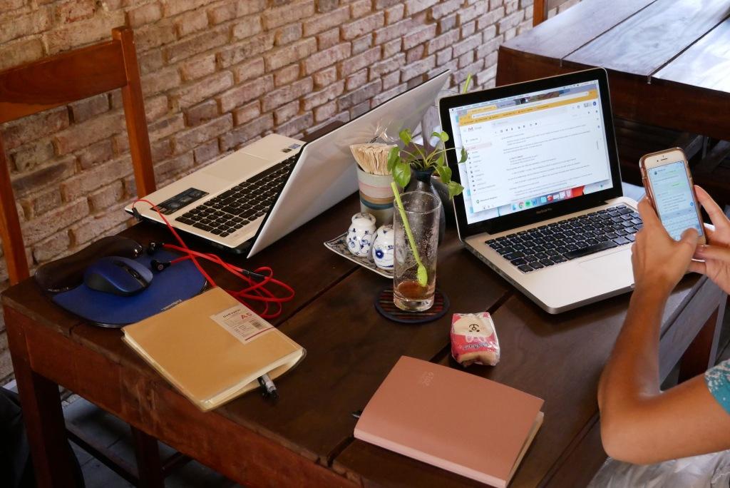 Une table, une prise électrique, un soupçon d'internet et la magie peut commencer à opérer